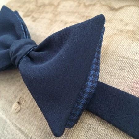 Papillon in seta blu con interno pied de poule neroblu